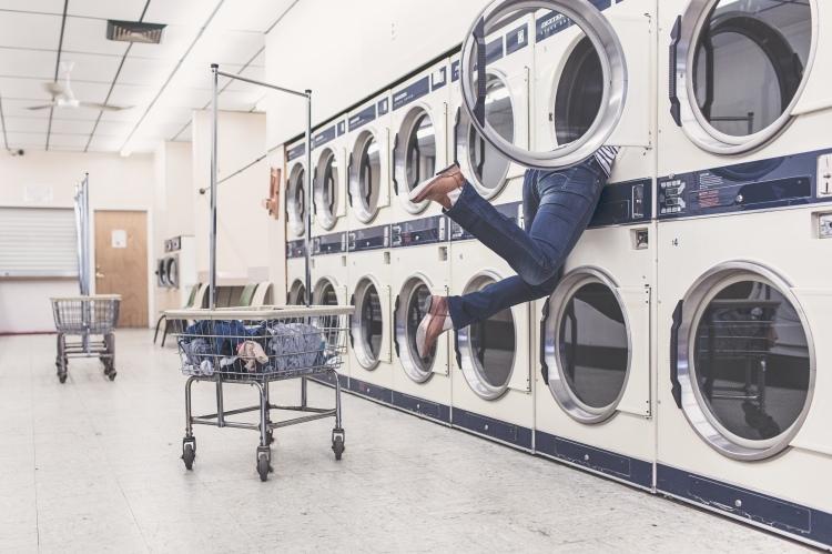 negative-space-woman-washing-machine-fall-gratisography.jpg